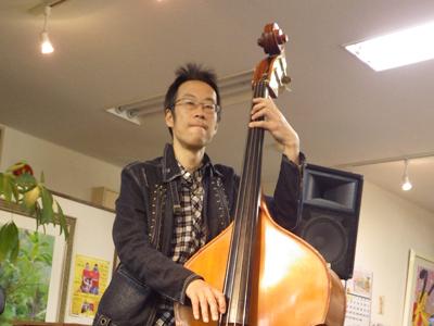 よしむらゆきお(吉村 由紀夫) ベース・クラシックギター・ウクレレ科担当